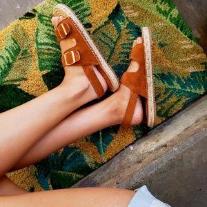 Shoes - 🆕️//The Julieta// tan buckle strap sandal